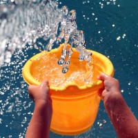 Will the splashes of water render the remaining water in the bucket impure while bathing